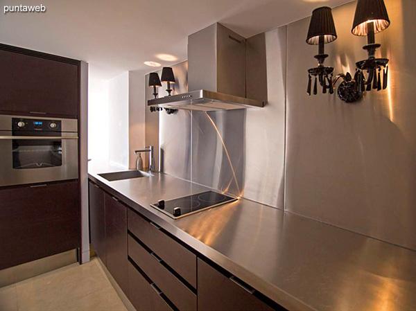 Piso 19 – 2 dormitorios, 2 baños<br><br>Área total 101.5 m2 con vista a la Barra y el bosque.<br>Incluye una cochera.<br>Totalmente equipado y amueblado con el diseño by Phillipe Starck.<br>Posibilidad de ingreso en el exclusivo sistema RENTAL CLUB.<br>Precio USD 433.774