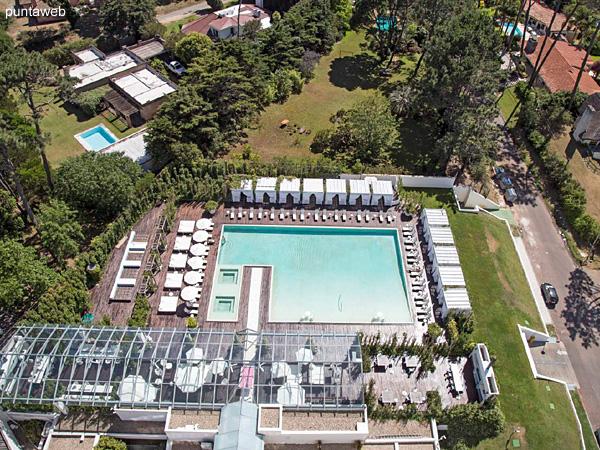 Piso 19 &ndash; 2 dormitorios, 2 baños<br><br>Área total 101.5 m2 con vista a la Barra y el bosque.<br>Incluye una cochera.<br>Totalmente equipado y amueblado con el diseño by Phillipe Starck.<br>Posibilidad de ingreso en el exclusivo sistema RENTAL CLUB.<br>Precio USD 433.774
