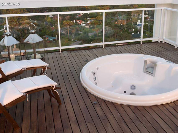 Penthouse<br><br>Área total 293.5 m2 con 3 dormitorios en suite, más terraza, deck, parrillero & jacuzzi.<br>Incluye 2 cocheras.<br>Totalmente equipado y amueblado con el diseño by Phillipe Starck.<br>Posibilidad de ingreso en el exclusivo sistema RENTAL CLUB.<br>Precio USD 1.280.000