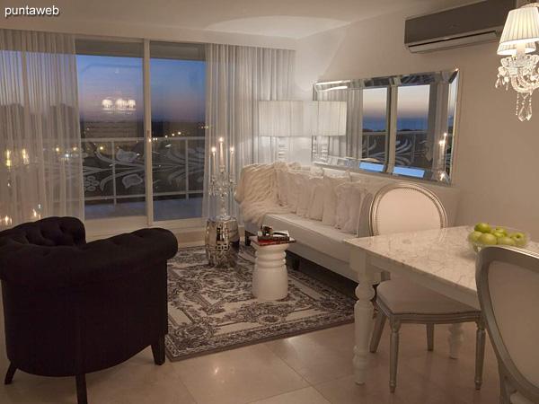 Piso 17 &ndash; 1 dormitorio<br><br>Área total 71.5 m2 con vista a la península y la Brava.<br>Una cochera.<br>Revestimiento en mármol en palieres, pisos y baños.<br>Totalmente equipado y amueblado con el diseño by Phillipe Starck.<br>Posibilidad de ingreso en el exclusivo sistema RENTAL CLUB.<br>Precio USD 288.390