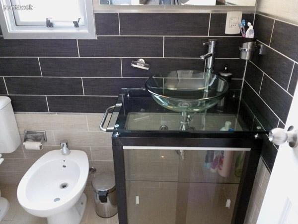 Baño completo con ventilación exterior.