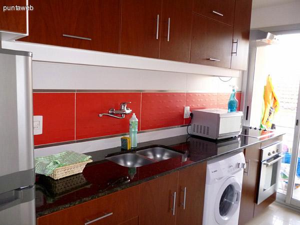 Cocina completa, muy bien equipada con electrodomésticos de nivel.<br>Acceso a terraza de servicio.<br>Ventilación exterior.