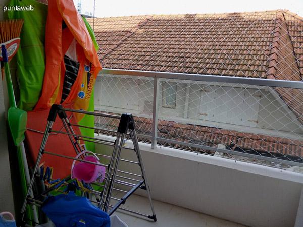 Terraza de servicio con tender, red de protección para chicos, inflables y e implementos de limpieza.