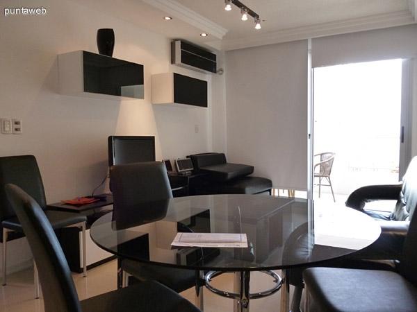 Living comedor con split frío/calor, acceso a terraza bien equipado con electrodomésticos modernos.