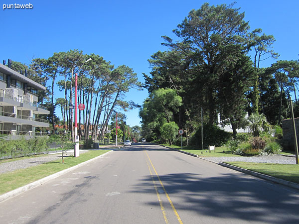 Vista frente al edificio a lo largo de la Av. Pedragosa Sierra al oeste.