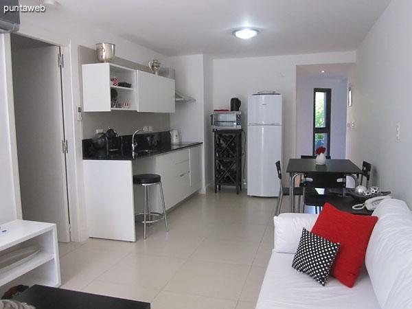 Ambiente de living comedor con cocina integrada.