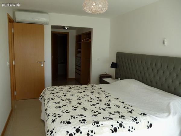 Dormitorio principal en suite con vestidor y balcón con vista al campo de golf.