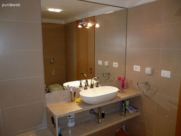 Baño principal con hidromasaje y losa radiante.