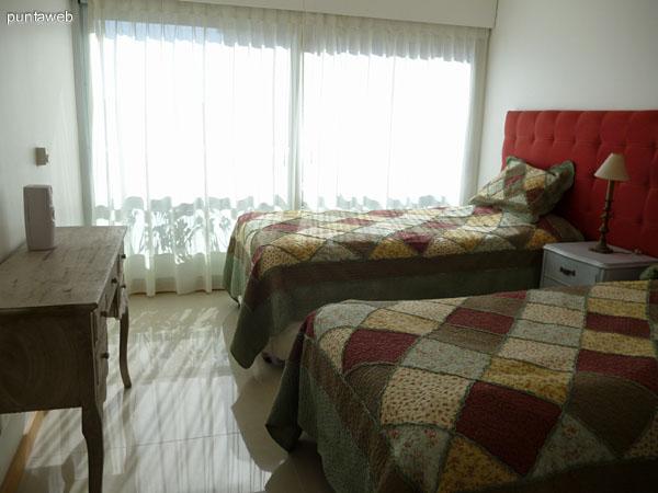 Segundo dormitorio en suite equipado con dos camas de una plaza.