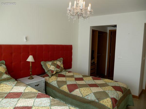 Segundo dormitorio en suite, cuenta con split frío/calor , losa radiante y persianas eléctricas.