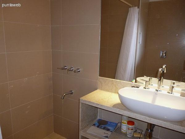 Segundo baño equipado con ducha.