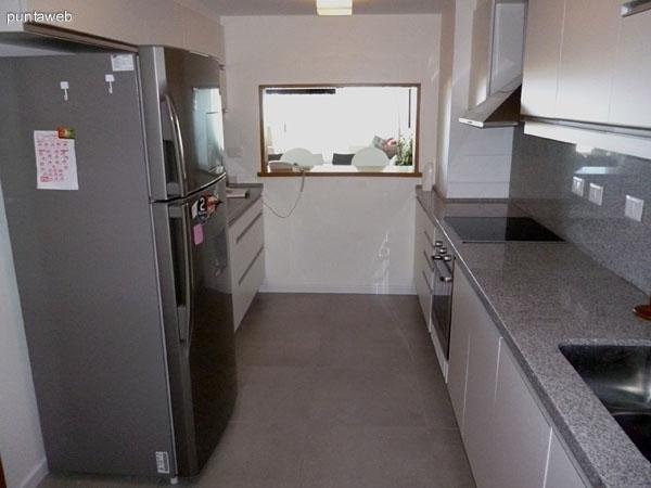 Cocina equipada con mobiliario de nivel al igual con electrodomésticos.