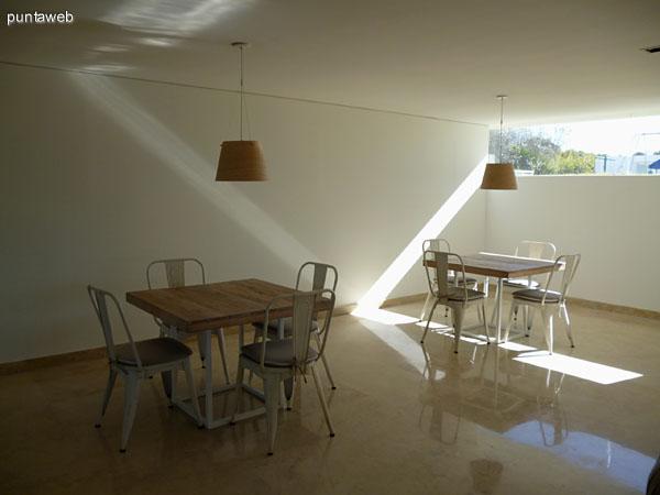 Mesas próximas a la TV en Planta Baja.