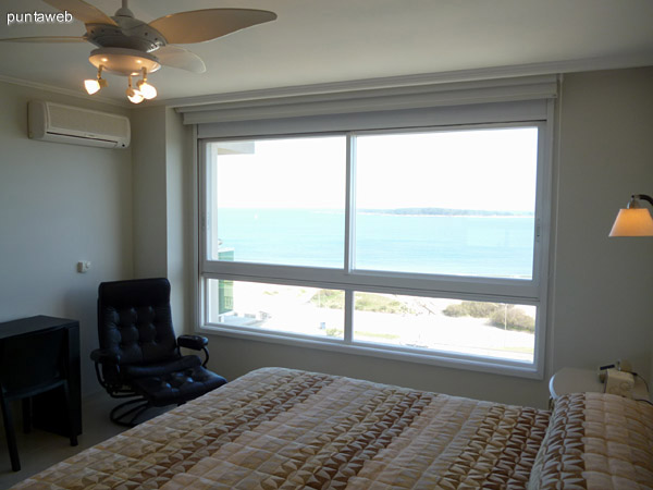 Vista al mar desde dormitorio principal en suite.