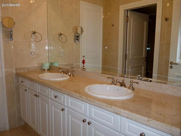 Baño de la suite principal, doble lavabo, artefactos, mobiliario revestimientos y grifería de excelente nivel.
