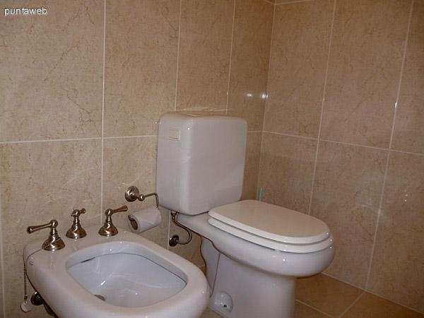 Artefactos en baño principal.