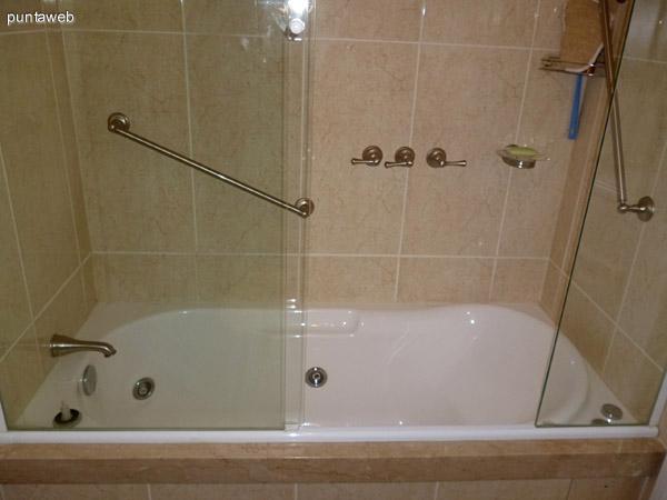 Hidromasaje en baño principal.