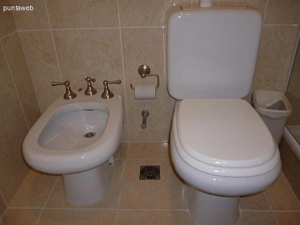 Artefactos de tercer baño en suite.