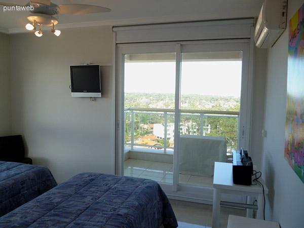 Segundo dormitorio en suite con acceso a terraza compartida entre segundo y tercer dormitorio.