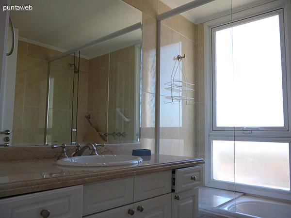Segundo baño en suite, ventilación exterior, al igual que los demás baños, equipados con materiales de primera.