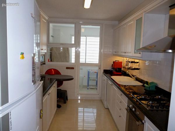 Cocina y acceso a terraza de servicio.
