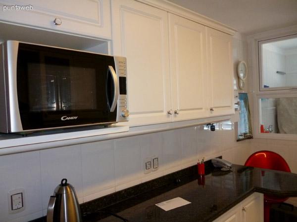 Mobiliario y electrodomésticos en cocina.