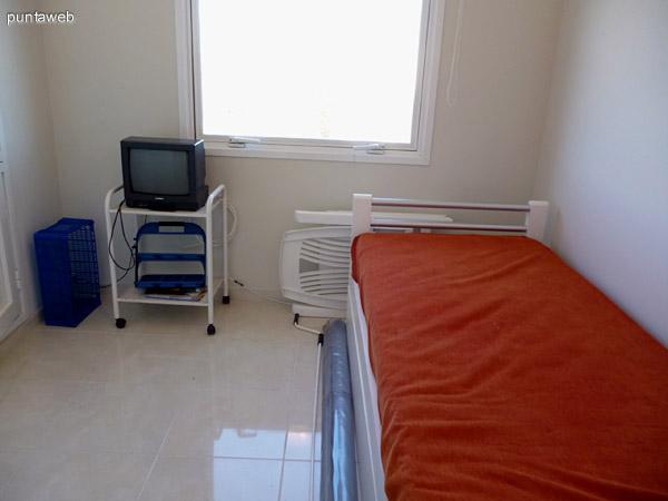 Dormitorio de servicio, próximo a cocina y terraza de servicio.