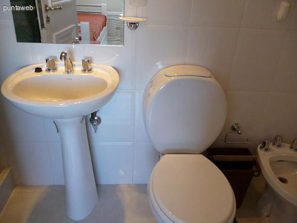 Baño completo en dormitorio de servicio, suite.