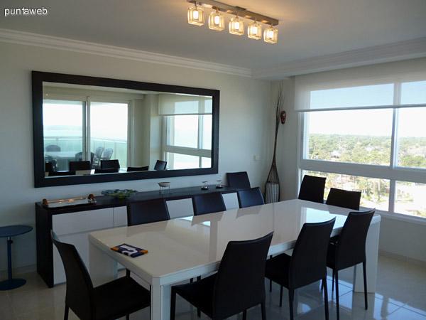 Comedor equipado para ocho personas, mobiliario nuevo.