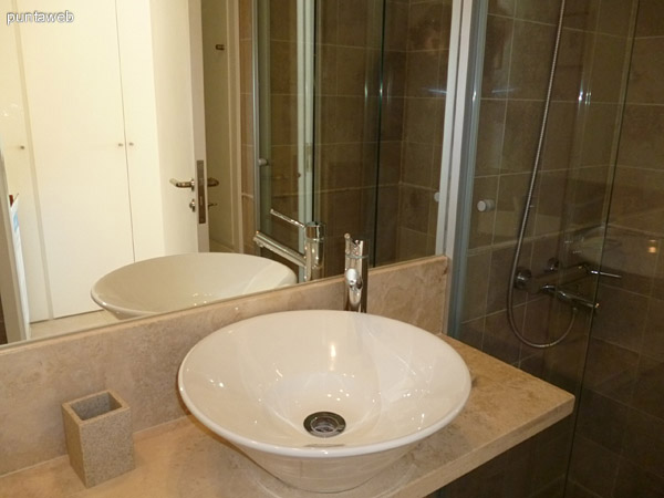 Segundo ba�o, completo, con ducha, puede ser usado como ba�o social por su proximidad al living o como ba�o para invitados eventuales.