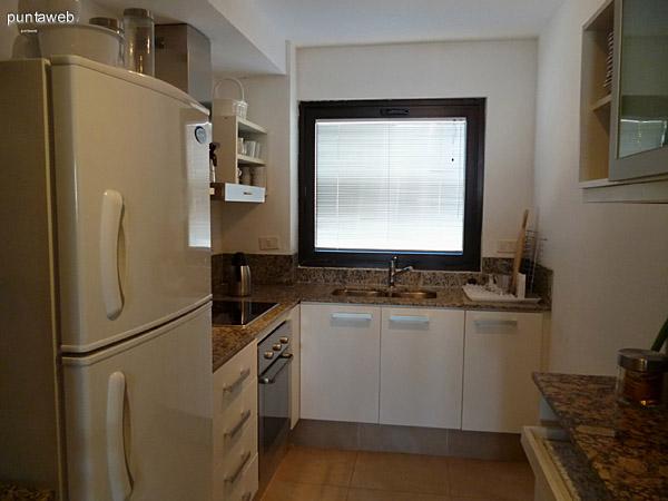 Cocina completa equipada con mobiliario y electrodom�sticos de nivel.