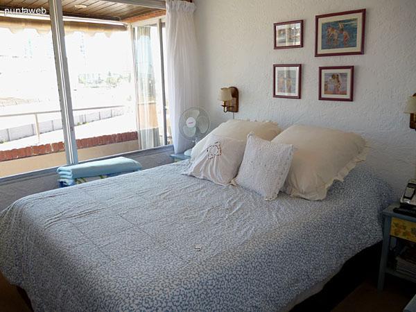 Dormitorio principal equipado con cama de dos plazas.