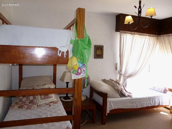 Placares empotrados en segundo dormitorio en suite.