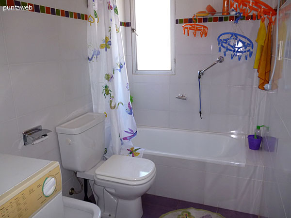 Lavarropas en baño principal en suite.