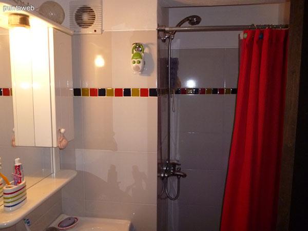 Lavabo, tocador y ducha del segundo baño.