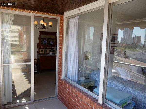 Dormitorio principal con vistas exteriores al entorno.