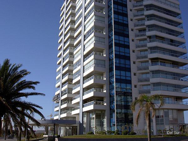 Fachada de Art Boulevard situada en la parada 2 de la playa Mansa.