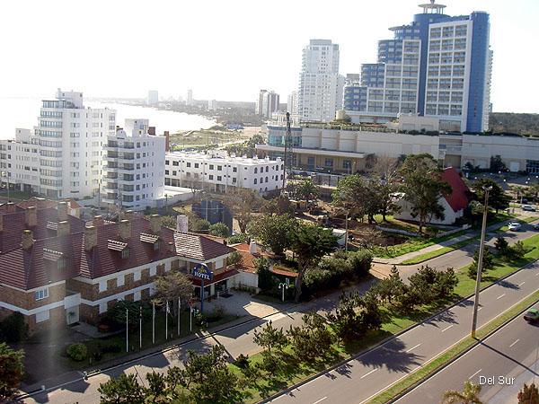 Vista por Boulevard Artigas hacia la Terminal de �mnibus de Punta del Este.
