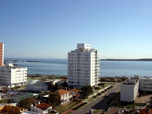 Vista hacia el Hotel Conrad.