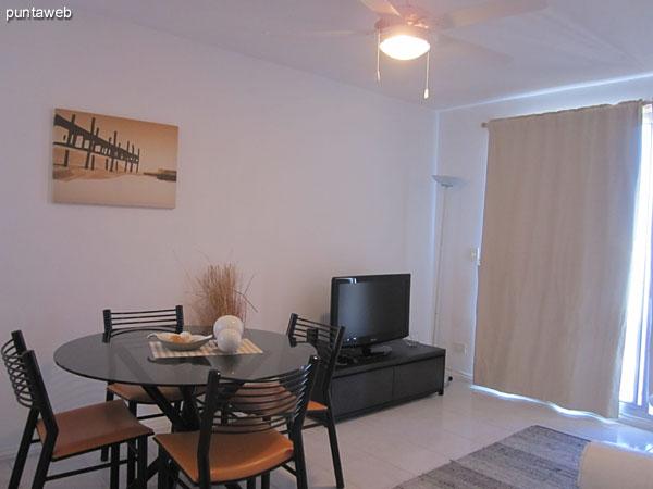 Detalle del espacio de comedor en el living comedor.<br><br>Acondicionado con una mesa redonda en vidrio y cuatro sillas.