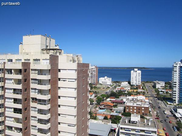 Vista desde el balcón del apartamento hacia el noroeste a lo largo de la playa Mansa y la bahía de Punta del Este.