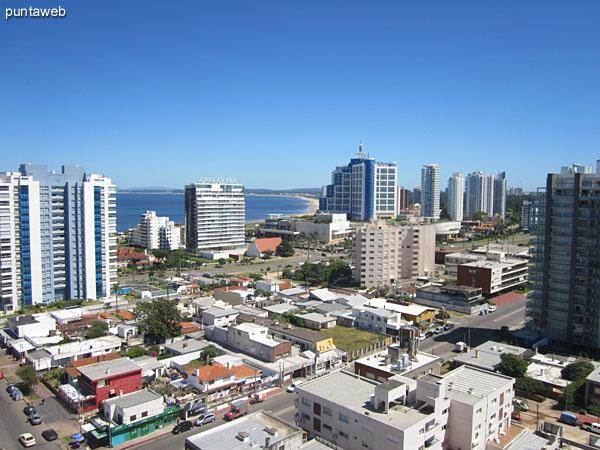 Vista desde el balcón del apartamento hacia el oeste.<br><br>Al fondo la bahía de Punta del Este.