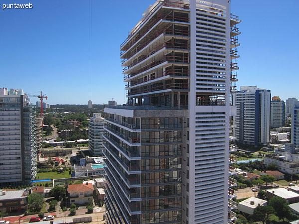 Vista desde el balcón del apartamento hacia el noroeste a lo largo de la playa Mansa y la bahía de Punta del Este.<br><br>En primer plano abajo, el barrio La Pastora donde se encuentra el edificio.
