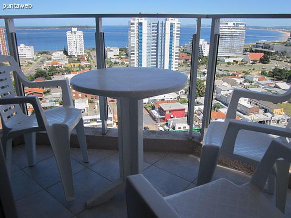 Vista desde el balcón hacia el norte sobre entorno de torres y luego barrios residenciales.<br><br>En primer plano la torre Onix.
