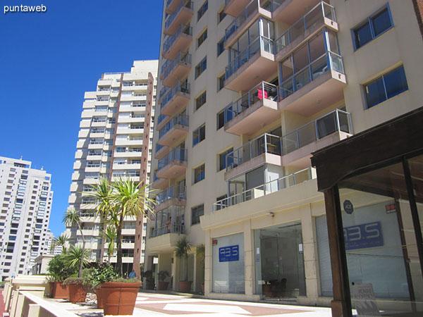 Fachada del edificio. Orientada al sureste recibe sol durante la mañana.<br><br>El apartamento mira al contrafrente.
