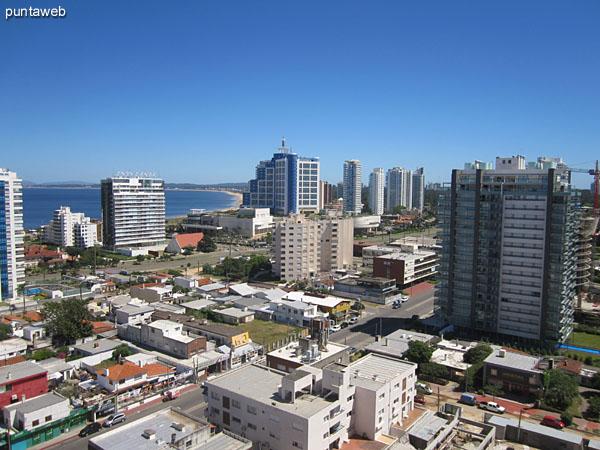 Vista desde el dormitorio hacia el oeste sobre el barrio La Pastora y luego la bahía de Punta del Este.