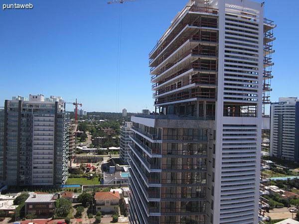 Vista desde el dormitorio hacia el norooeste sobre el barrio La Pastora y luego la bahía de Punta del Este.