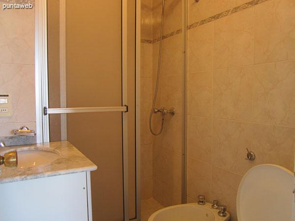 Baño. Interior. Acondicionado con ducha con mampara.