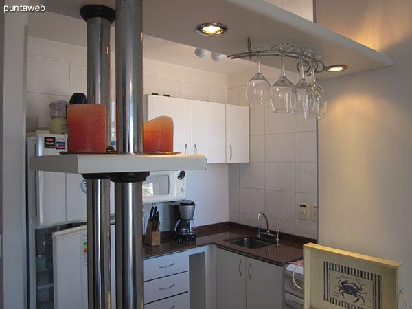 Cocina. Exterior e integrada al living comedor mediante una barra.<br><br>Acondicionada con mesada y muebles bajo mesada con estantes sobre mesada hacia el lateral sur.