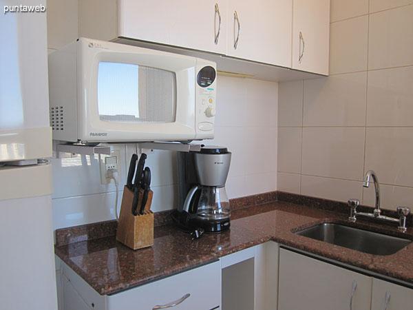 La cocina está integrada al living comedor con una barra.